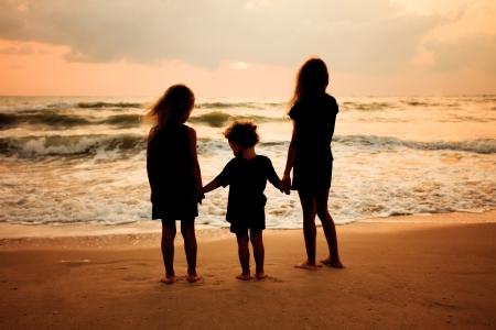 woman sad: ni�os tristes en la playa