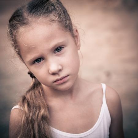 fille triste: Portrait d'enfant triste Banque d'images