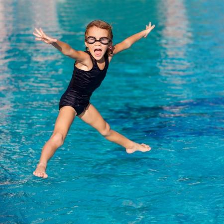 meisje spelen in het zwembad