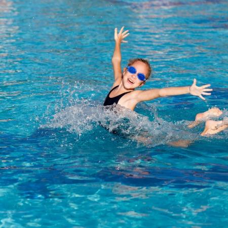 holčička hraje v bazénu