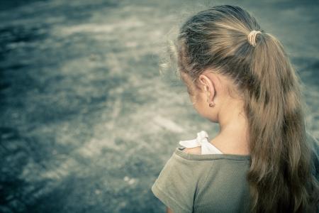 maltrato infantil: Retrato de un ni?o triste Foto de archivo