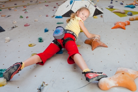 escalada: adolescente escalar uma parede de pedra