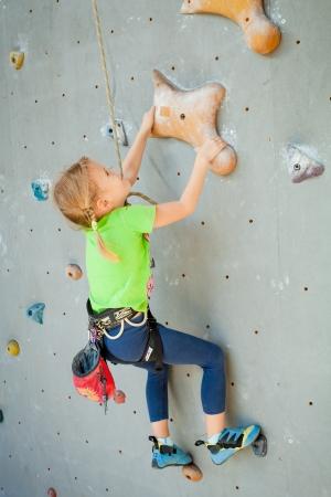 Kleines Mädchen Klettern Rock Wall Standard-Bild - 23809677