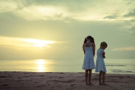 niños tristes: niños tristes en la playa