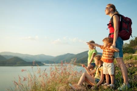 湖に夕日を見て幸せな家族