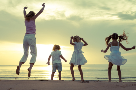 Happy belle danse en famille sur la plage, sur le temps de l'aube photo