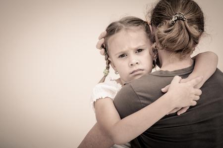 verdrietig meisje: triest dochter knuffelen zijn moeder