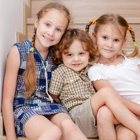 幸せな子供の兄弟そして姉妹一緒に永遠の肖像