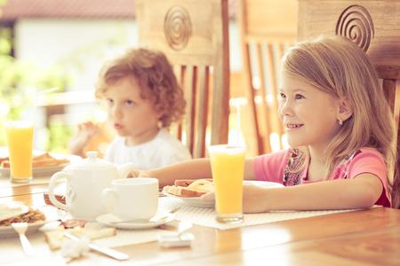 niños desayunando: hermano y hermana en el desayuno