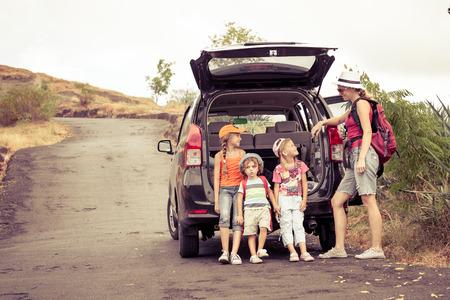 drie kleine kinderen en moeder in de bergen Stockfoto