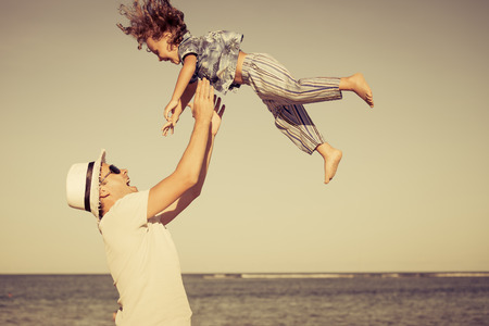 父と息子、一日の時間でビーチでのプレー