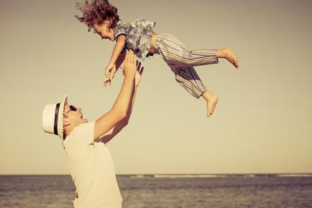 vader en zoon spelen op het strand van de dag tijd Stockfoto