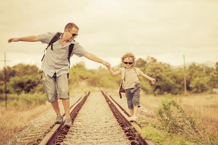 Famille heureuse de marcher sur le chemin de fer au moment de la journée. Concept de la famille. Banque d'images - 31714552
