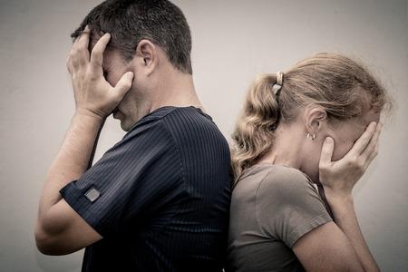 紛争が生じた後話していない不幸なカップルの肖像画。不幸家族の概念。