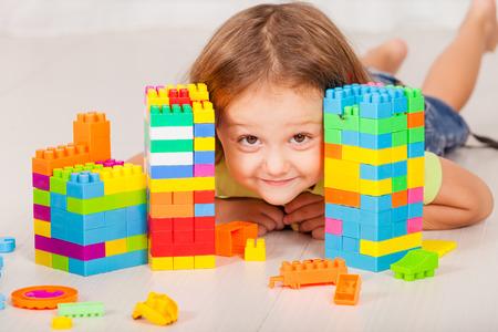 少年が家の床にレゴを再生 写真素材