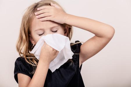 chory: Portret chorej dziewczynki w domu