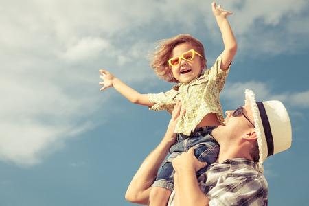 papa: Papa et fils jouant pr�s d'une maison � la journ�e Banque d'images