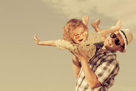Vater und Sohn spielen in der Nähe eines Hauses an der Tageszeit Lizenzfreie Bilder