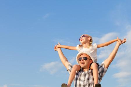 familia viaje: Papá e hija jugando cerca de una casa en el momento día