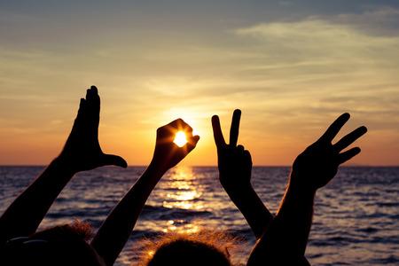 saint valentin coeur: Amour langue des signes au moment du coucher du soleil