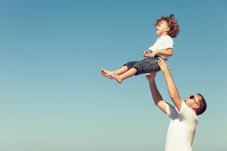 niños caminando: Padre e hijo jugando en la playa en el tiempo del día. Concepto de la familia.