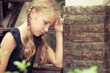 낮 시간에 계단에 앉아 슬픈 금발 하이 틴 소녀의 초상화 스톡 콘텐츠