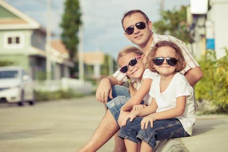 papa: Papa et les enfants jouer près d'une maison à l'heure de la journée. Concept de famille sympathique.