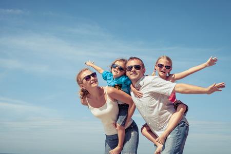 幸せな家族に立っているビーチで一日の時間。フレンドリーな家族の概念。