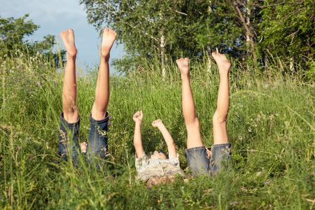 pied fille: Trois enfants heureux de jouer dans le parc au moment de la journée. Concept frère et s?ur Together Forever
