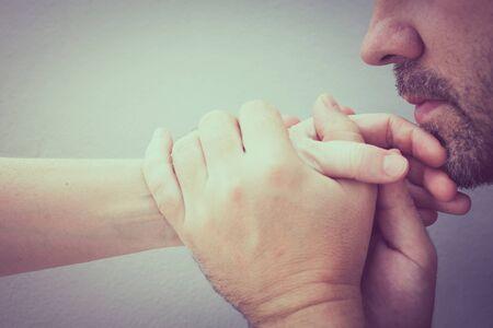 donna innamorata: uomo baciare la donna mano. Concetto di coppia in amore al tempo di giorno Archivio Fotografico