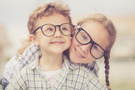 niños felices: Niños felices de pie en el camino en el tiempo del día. Concepto Hermano y hermana Juntos para siempre