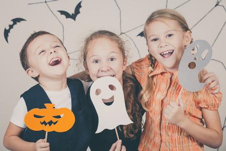 calabazas de halloween: Feliz hermano y dos hermanas en la fiesta de Halloween Foto de archivo