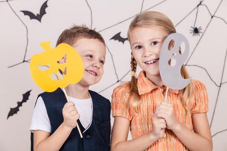 treats: Feliz hermano y hermana en la fiesta de Halloween Foto de archivo