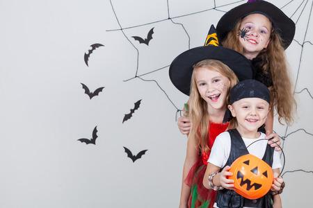 Gelukkig broer en twee zussen op Halloween party Stockfoto - 45244385