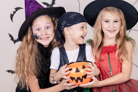 fiesta: Feliz hermano y dos hermanas en la fiesta de Halloween Foto de archivo