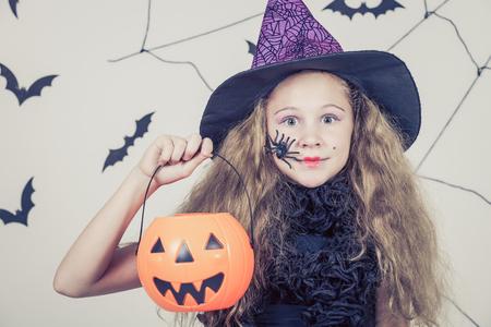 Muchacha adolescente feliz en la fiesta de Halloween Foto de archivo - 45244398