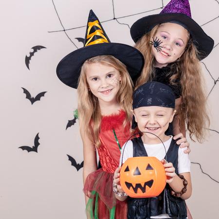 Glücklich Bruder und zwei Schwestern auf Halloween-Party Standard-Bild - 45244507