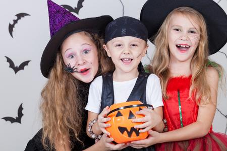 witch: Feliz hermano y dos hermanas en la fiesta de Halloween Foto de archivo
