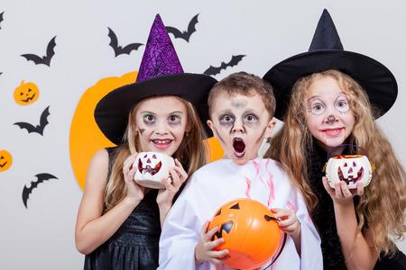 familias felices: Feliz hermano y dos hermanas en la fiesta de Halloween Foto de archivo