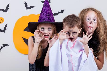Glücklich Bruder und zwei Schwestern auf Halloween-Party Lizenzfreie Bilder