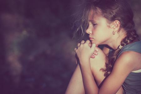 낮 시간에 슬픈 십 대 소녀의 초상화입니다.
