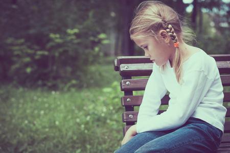 niños tristes: Retrato de niña triste en el tiempo del día.