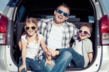 Gelukkige familie die klaar voor wegreis op een zonnige dag wordt. Concept van vriendelijke familie. Stockfoto