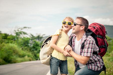 padre e hija: Padre e hija que recorren en el camino en el día. Concepto de la familia. Foto de archivo