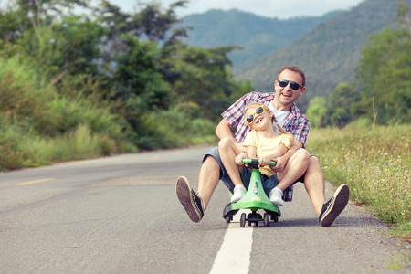 papa: P�re et fille jouant sur la route au moment de la journ�e. Concept de famille sympathique.