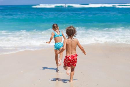 姉と弟は、ビーチでの一日の時間でプレーします。コンセプト兄と妹一緒に永遠に