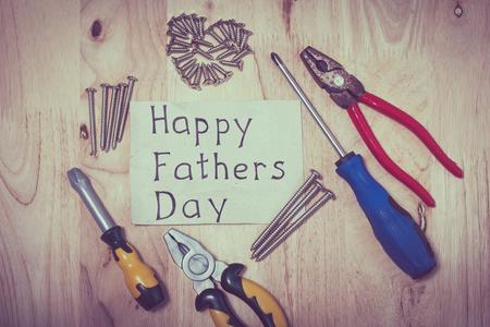 jornada de trabajo: Conjunto de diversas herramientas en el fondo de madera. Concepto del d�a de padres feliz.