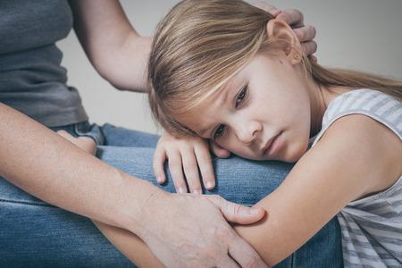 madre: hija triste que abraza a su madre en el hogar. Concepto de familia pareja est� en el dolor. Foto de archivo