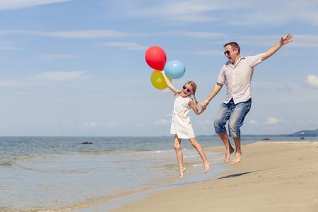 Vader en dochter spelen op het strand van de dag de tijd. Concept van de vriendelijke familie. Stockfoto