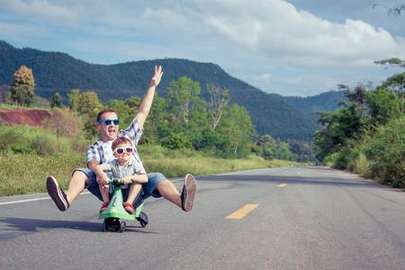父と息子の日の時に道路上で遊んで。 フレンドリーな家族の概念。